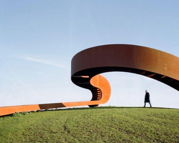 Les architectes du studio NEXT ont réalisé the Elastic Perspective, une sorte de rambarde en acier corten qui sert de promontoire dans une banlieue de Rotterdam.  Posé sur une colline verdoyante, l'escalier circulaire géant mène le visiteur jusqu'à une hauteur qui lui permet d'avoir une vue dégagée sur la ligne l'horizon. Basé sur le principe du ruban de Möbius, le chemin fait un mouvement continu, suggère une continuité et propose des perspectives différentes selon l'endroit où l'on se…