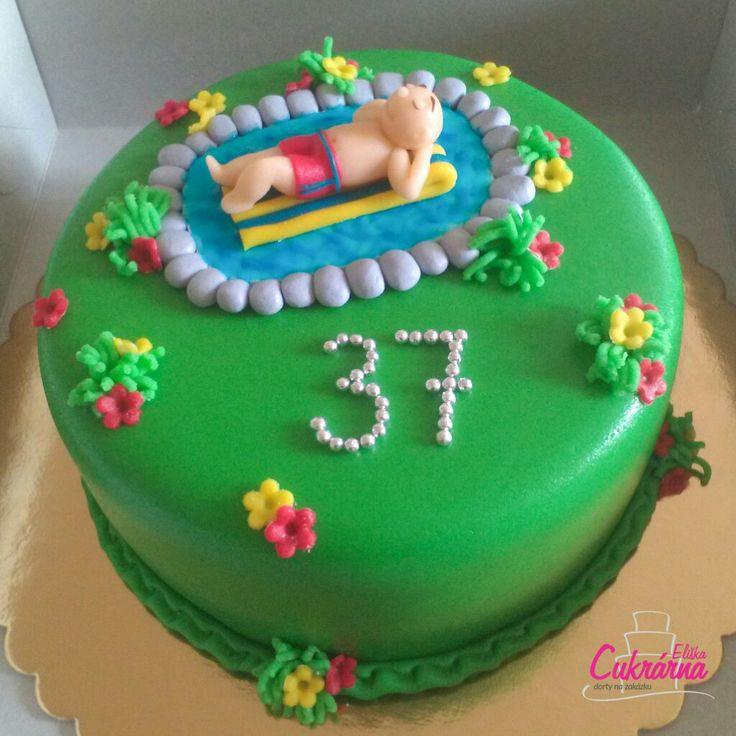 DORT KULATÝ S BAZÉNEM :-) oříškový dort s vanilkovým šlehačkovým krémem plněný malinami :-) povrch a ozdoby dortu pravý marcipán :-) #3ddorty #cukrarna #cukrarnaeliska #patisserie #bazen #dortsbazenem