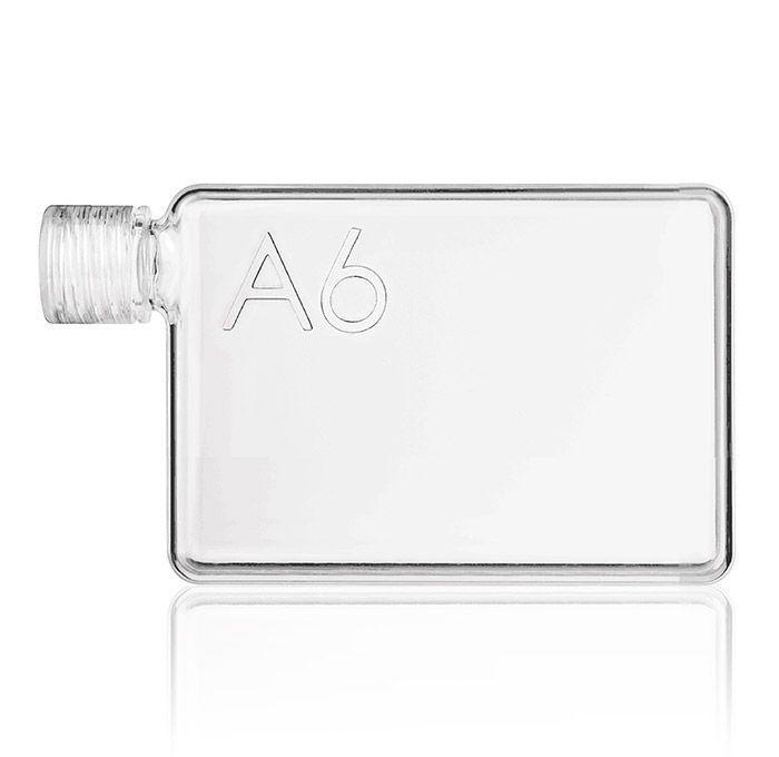 Malá láhev A6 Memobottle je navržena tak, aby se vám vešla do kapsy, kabelky nebo se dobře držela při běhání. Je elegantní, štíhlá, skladná, lehká (váha 140 gramů nenaplněná a 515 gramů naplněná vodou) a hlavně ekologická, recyklovatelná a opakovatelně použitelná.