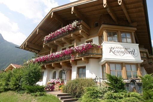 Reducere EARLY-BOOKING: Apartamente avantajoase in Krimml #Krimml, 1067 m altitudine, in parcul national din regiunea Krimml/Hochkrimml in apropierea celei mai inalte cascade din Europa, un adevarat highlight turistic care intregeste frumusetea acestei regiuni. Alte atractii turistice: Aqua Park #Wasserwunderwelt, traseu de biciclete pana in Passau/Germania, peste 60 km trasee de drumetii montane,