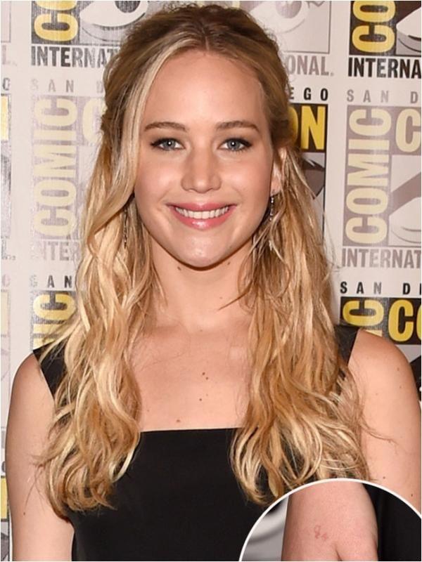 Jennifer Lawrence baru saja membuat tato H2O' kecil di tangan kanannya. Namun ternyata, Jennifer malah membuat kesalahan fatal. Angka '2' yang harusnya ditulis lebih kecil dan diletakkan di bawah malah ditulis di bagian atas layaknya menulis angka kuadrat.  #Selebritis #JenniferLawrence #Aktris #Bintang #Indonesia