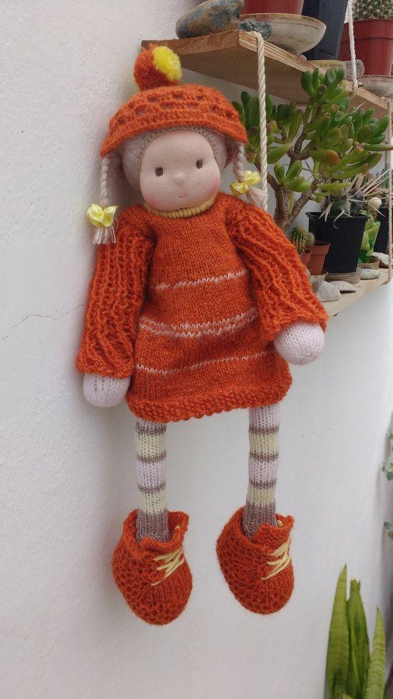 Ecco la Sue – 100% bambola artigianale secondo la pedagogia Waldorf!  Sue è una bambola di ispirazione Waldorf lavorato a mano effettuata in tutti i materiali naturali ed ecofriendly: jersey di cotone bambola, pulito naturale (biologico), filati di mohair, un mohair speciale per i suoi capelli, tutti gli accessori sono in legno. La testa è scolpita nel tradizionale stile Waldorf. Il corpo della bambola è lavorato a mano da filato di alta qualità. Il corpo è farcito con lana di pecora cardata…