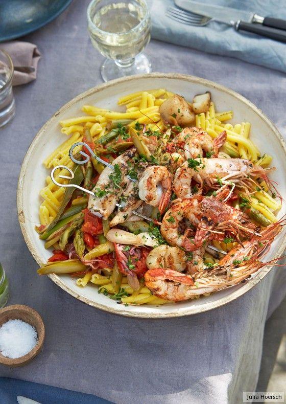 Sommer auf dem Teller: Chilischarfe Tomatensauce und Meeresfrüchte passen toll zu grünem Spargel und Pasta.