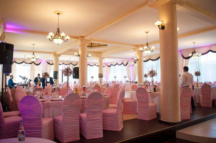 """Huse crețe slim sfeșnice cu flori și lumini ambientale roz pentru un decor tematic """"la vie en rose"""""""