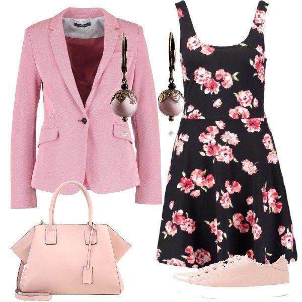 Un'allegra fantasia floreale caratterizza il vestito corto, da indossare sotto una giacca rosa e con accessori della stessa tonalità: le sneakers basse, la borsa a mano e un paio di orecchini in bronzo e perle.