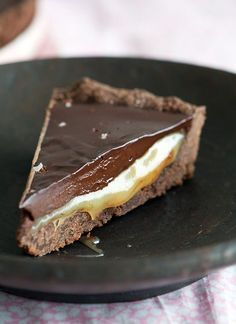 Opskrift på en virkelig lækker chokoladetærte med mørk chokolade der smelter på tungen og en midte af flydende saltkaramel - få opskriften her