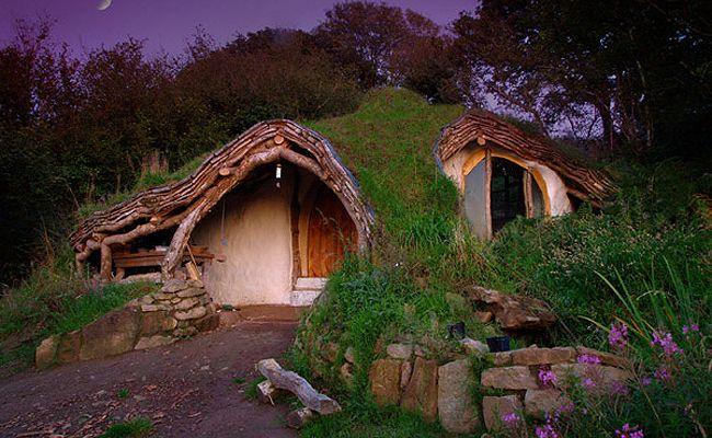 A Casa do Hobbit, Reino Unido - O arquiteto Simon Dale construiu uma casa camuflada para morar com sua família. Ele procurou criar o menor impacto possível ao meio ambiente, para viver bem próximo à natureza.