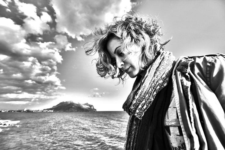 """El pelo alborotado, el olor de la mar en el ambiente, el sol en la cara, sentirnos pequeños ante la grandeza del mar y el cielo, la sensación y la confianza de querer a alguien, el saber que estas haciendo lo correcto dejándote guiar por lo que sientes, (AMOR) y todo en blanco y negro, con la monocromática visión para fijar la atención en lo esencial, dejando llevar la mirada hacia lo importante, """"los sentimientos""""."""