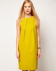 Modeling dress with a fold line of the neck