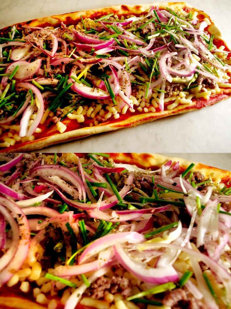 carne / cebolla morada / toques de ciboulette, oliva y especias    Una pizza intensa en sabores, con carne condimentada y antes salteada. mas la siempre excelente y crujiente cebolla morada.    Especial para acompañar con cabernet sauvignon.