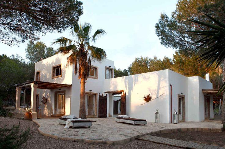 Esta sencilla, pero hermosa casa, se encuentra en la maravillosa isla de Formentera. Paredes encaladas, vigas de madera, rattán y texturas naturales como el...