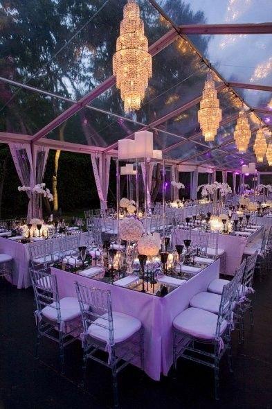 Tenda transparente com iluminação roxa e lustres