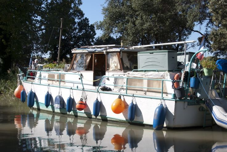 Boat holidays oh the Canal du Midi in South France. Relaxing, just sit back in the shade of the plane trees, enjoy the scenery, and let all your troubles float away.  #CanalduMidi #France #SouthFrance #travel #holidays #boat #nature #travelphotography #reiseknipse