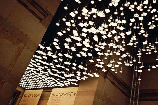 Blackbody, créateur de solutions d'éclairage résidentiel Oled (diode électroluminescente organique) innovantes, nous présente sa dernière réalisation : Blackbody Dispersion, une oeuvre qui compte un total de 838 Oled, dont 550 Oled carrées en collaboration avec LG Chem. La surface totale de la suspension est de 20.14m²… Blackbody Dispersion est signée par Thierry Gaugain – qui a voulu donner l'impression de légèreté, l'idée d'un matériau qui s'envole. Les Oled sont des feuilles de lumière...