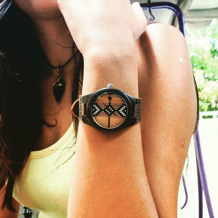 El #reloj Castor Newen viene también en una medida más pequeña de 40mm especial para una muñeca más delgada de mujer . Ven por el tuyo en www.castor-watches.com  envío gratis a todo #chile ! #castorwatches #castornewen #etnico #ethnic #diseñochileno #relojes #watch #watches #mapuche #relojesdemujer