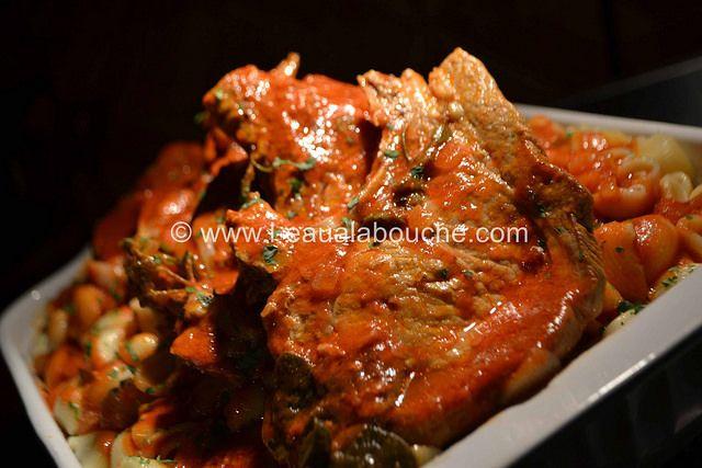 Côtelettes en Cocotte à la Sauce Tomate & Pipe Rigate (pour 6 personnes) Ingrédients: 6 côtelettes de porc 1,5 lt de passata de tomate 500 gr de penne rigate 3 gousses d'ail 1 ou 2 oignons (selon taille) 1 branche de thym, de sauge, de romarin, & de persil...