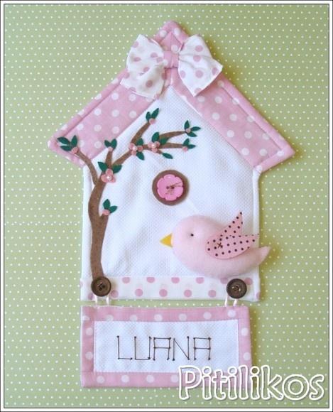 Enfeite de Maternidade charmoso e delicado!  Panô todo confeccionado em tecido 100% algodão. Plaquinha com nome bordado à mão.  Dimensões aproximadas: 35 x 23 cm R$85,00