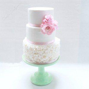 Bruidstaart Witte ruffels met 3 roze suiker rozen