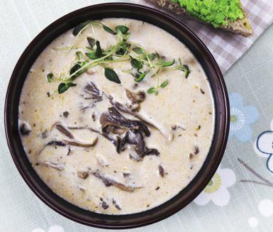 Ett charmigt recept på krämig ärtsoppa med ärtcrème och rostbröd. Du gör soppan av bland annat olika sorters svamp, lök, grädde och timjan. Fungerar bra att servera antingen som förrätt eller huvudrätt.