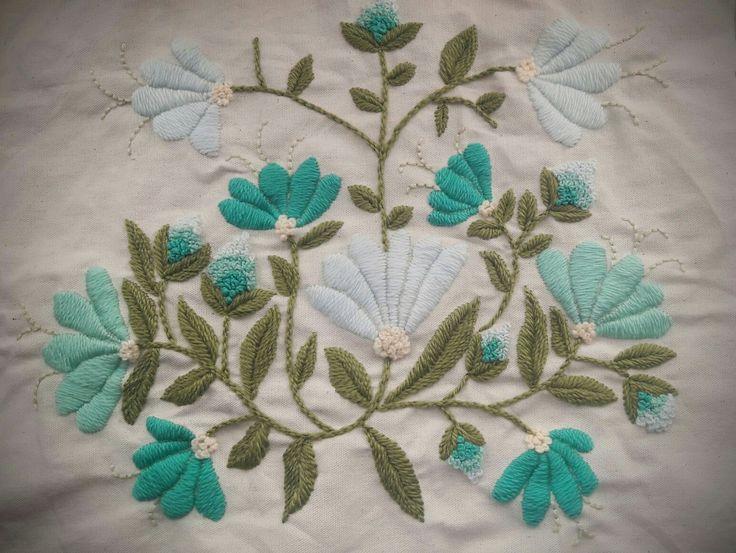 Funda de almohadon. Bordado mexicano en colores celestes y turquesas.