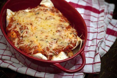 Een goddelijk recept voorMexicaanse enchilada's met kip & bonen vanChez Steph. Verwarm je oven voor op 200 graden. Snijd de ui en peper in stukjes en hak de knoflook fijn. Laat de bonen uitlekken en verhit een scheutje olijfolie in een koekenpan. Bak hierin de ui, knoflook en het pepertje. Voeg de tomaat, komijn, kaneel, […]