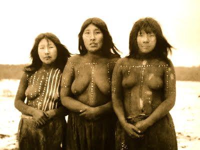 Angela Loji, mujer Selk`nam posando junto a otras mujeres pintadas en el juego de kewánix.M.Gusinde 1923