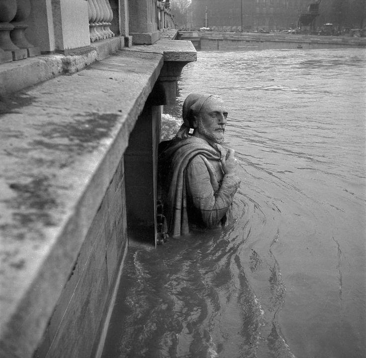 Paris en 1955, le zouave du pont de l'Alma a de l'eau jusqu'à la taille.
