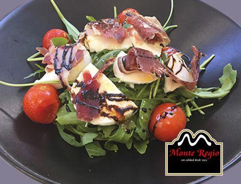 Ensalada de mozzarella, tomate cherry, rúcula y jamón ibérico #MonteRegio ¿a quién no le gusta cuidarse así?
