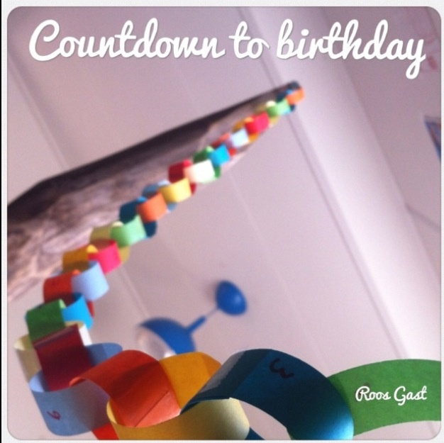Aftellen tot aan de verjaardag! Elke dag kan je kind een paperstring weghalen. Het enige wat je nodig hebt is gekleurd papier! # birthday countdown