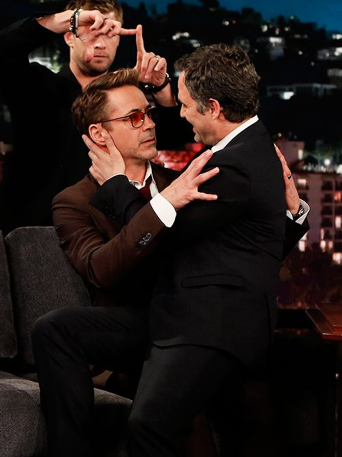 ScienceBros! (RDJ and Ruffalo flirting...er, mimicking fanart...on Kimmel)