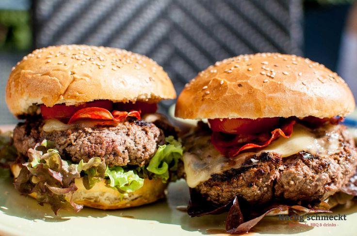 Ein richtig guter Burger ist was feines und den gibt es bei mir immer mal wieder. Aber was macht eigentlich einen richtig guten Burger aus? Für mich sind das zwei Dinge: Ein saftiges und gut gewürztes Burgerpatty und ein fluffiges Burgerbun (also das Brötchen). Heute möchte ich euch eine ganz einfache, aber richtig saftige Burgervariante zeigen.