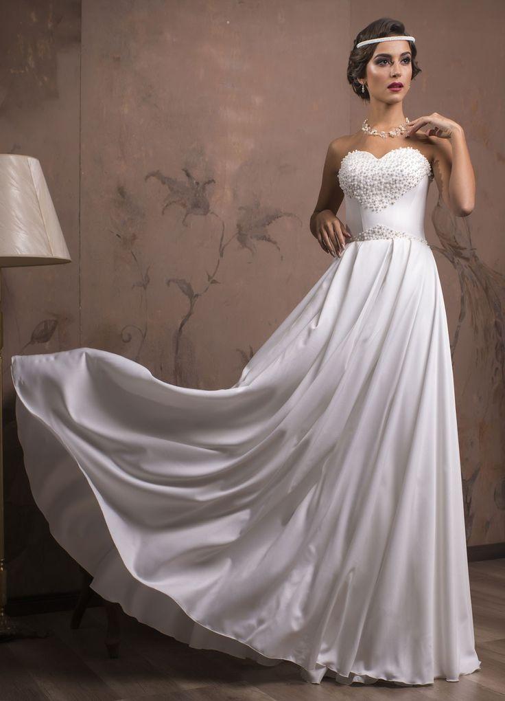 Krásne svadobné šaty s jednoduchou padavou sukňou a korzetom zdobeným perličkami do tvaru srdca