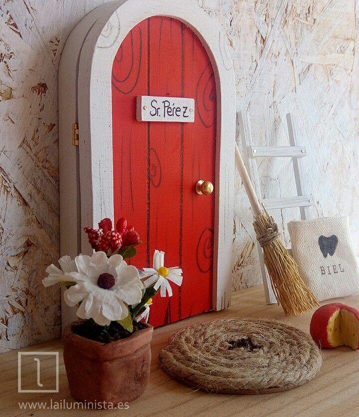 Puerta para el ratoncito Pérez roja con marco blanco. Lleva un saquito para dientes de leche en su interior además de una ilustración. Complementos para puerta de Pérez. Todo hecho a mano.