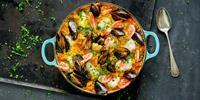 En raus gryte paella gir sydenstemning på terrassen. Oppskrift på supersaftig paella med fisk og skalldyr; perfekt til varme sommerkvelder!