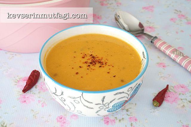 Peki mercimek çorbasının lezzetli olması için nelere dikkat etmek gerekiyor? Öncelikle her yemekte olduğu gibi soğanların iyi kavrulmuş olması lazım.