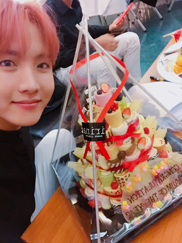 J-Hope ❤ [Bangtan Trans Tweet] 내일도 신나게!! 고마워요~ 🙌😘 \  Tomorrow too let's have fun!! Thank you~ 🙌😘 (Hobi looks so good! Oh yeah and the cake lmao) #BTS #방탄소년단