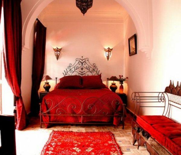 orientalisches schlafzimmer mit roter haupfarbe und weißer wandgestaltung