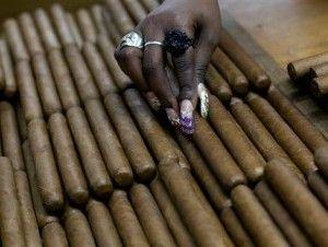 EEUU elimina restricciones de entrada al cigarro y ron cubanos