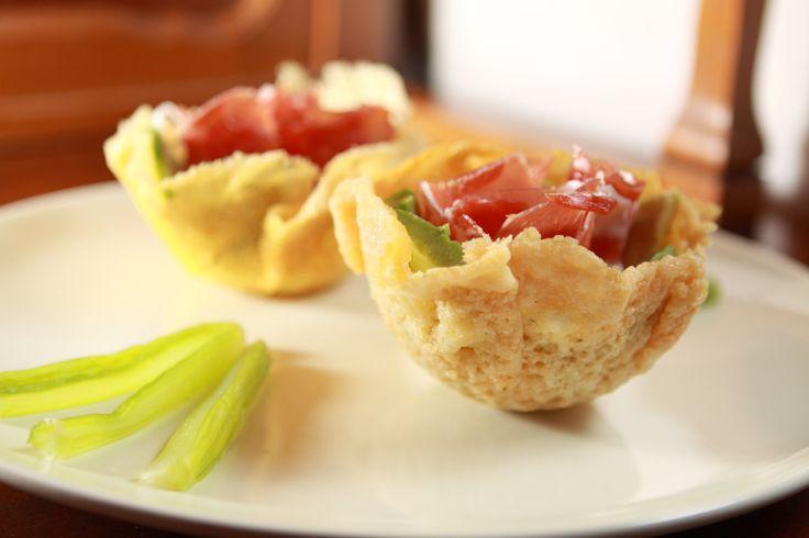 Cestini croccanti di parmigiano con avocado, sedano e prosciutto - Foto di Walter Romano