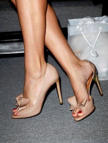 """Peep toe: Peep Toe são sapatos que mostram pelo menos um dos dedos do pé. E a expressão vem do inglês """"peep"""" que quer dizer começar a aparecer e """"toe"""" que quer dizer dedo, logo os sapatos que mostram um ou dois dedos são chamados de peep toe, porque os dedos aparecem pela abertura. Eles ficaram famosos nos anos 40 e são geralmente de saltos altos ou anabela."""