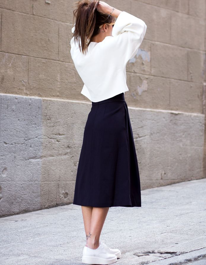 Jupe midi bleu marine + pull ample cropped + derbies blanches = le bon mix (look Zara 2014 - blog Lucitisima)