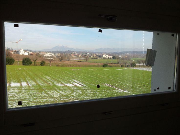 """Dettaglio della finestra """"quadro"""" che cambia panorama in base alle stagioni ed è posta in una delle 4 stanze presenti."""