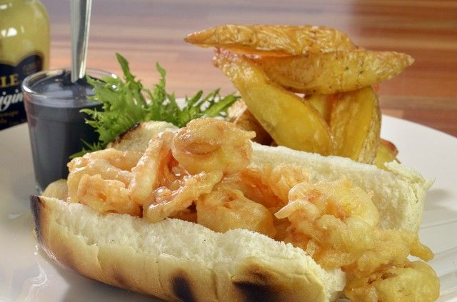 BraDo_Bocadillo de Calamares Negro_Sanduiche de lula empanada frita em pão macio com alioli negro de tinta de lula. Acompanha batatas rústicas_R$34