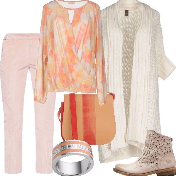 """Outfit dalle nuances chiare ed eleganti per un look adatto ogni giorno. Cardigan lungo in lana e cachemire, color avorio, blusa in crépe con motivo floreale, dalla vestibilità ampia, pantalone in velluto a costine, lunghezza alla caviglia. La scarpa è uno stivaletto in pelle intrecciata, sempre dalle tonalità chiare, la tracolla bicolore in pelle e anello di """"Marc Jacobs"""" in acciaio con inserti in rosa chiaro."""