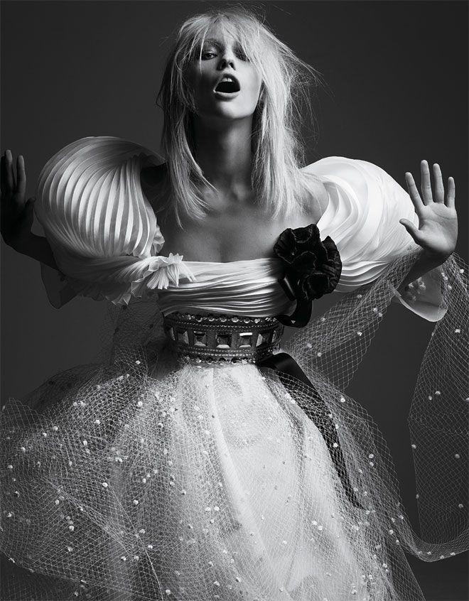 Sasha Pivovarova photographiée par Hedi Slimane pour le numéro d'avril 2008 de Vogue Paris