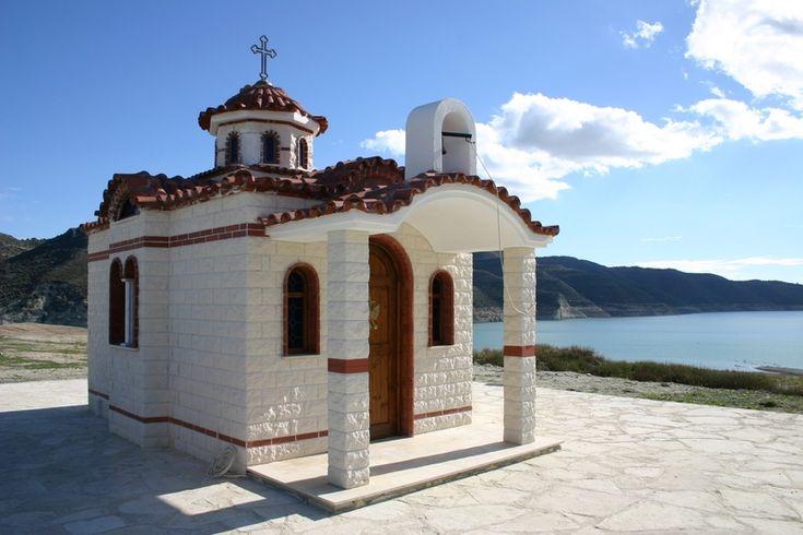 Dél-Ciprus | Cipruson a török, görög, muzulmán és keresztény hatások keveréke a mindennapokban is érezhető. A Földközi-tenger keleti medencéjében fekvő sziget éghajlata az egész világon szinte egyedülálló. Az ide látogató turistákat egész évben kellemes mediterrán éghajlat fogadja. Itt még az emberekből is sugárzik a napsütés.