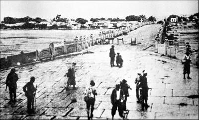 Japanese capture the Marco Polo Bridge