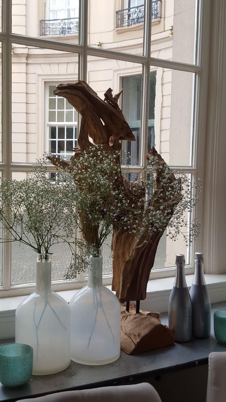 Gipskruid. Zo fragiel en sterk tegelijk. Mooi in contrast met het robuuste houten object. Restyling Wasserman Brasserie naar Vinerie