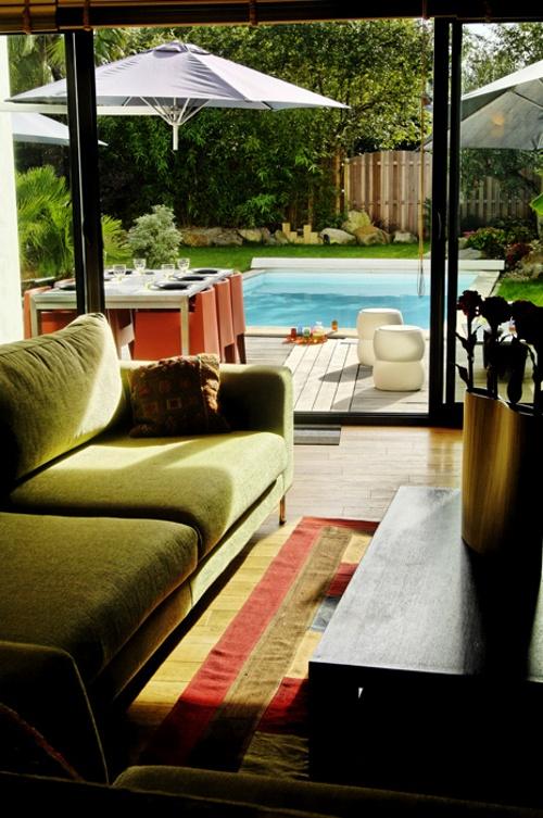 salon vue sur piscine