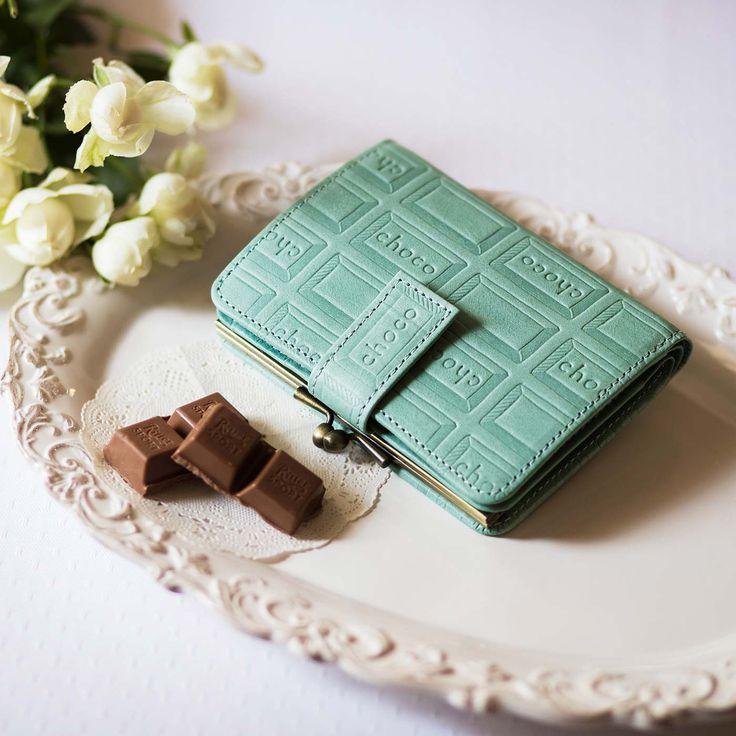スウィートなチョコも、レザーなら大人顔。 チョコレートバイヤーとコラボ! チョコ型押しで誂(あつら)えた 本革がま口付き折り財布〈ストロベリー〉